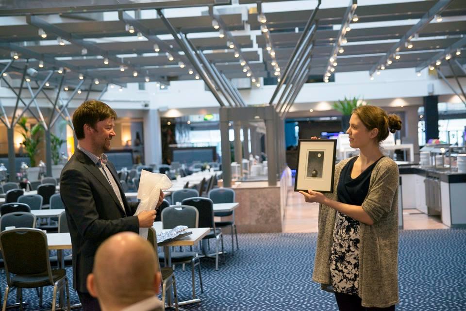 Avtroppande leiar i NU  Endre Kleiveland takkar av Ingeborg Hollekim Bringslid etter to år som vara til styret.
