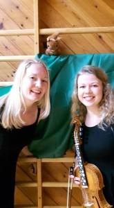 """Før urpremiere på """"Danse i en ring - lokale dansetradisjonar frå Hordaland"""". Frå venstre: Silja Solvang og Ida Marie Rognsvåg. Foto: Borghild Opdahl"""