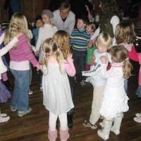 Barn dansar folkedans